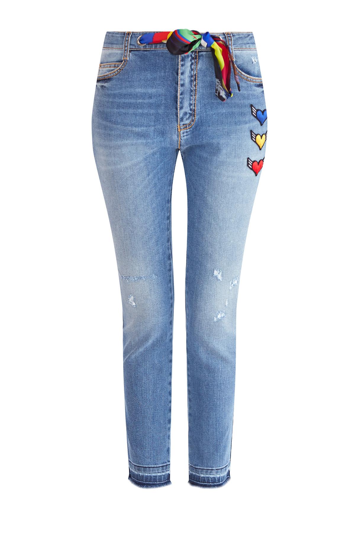 Укороченные джинсы-скинни с поясом-платком и яркими патчами