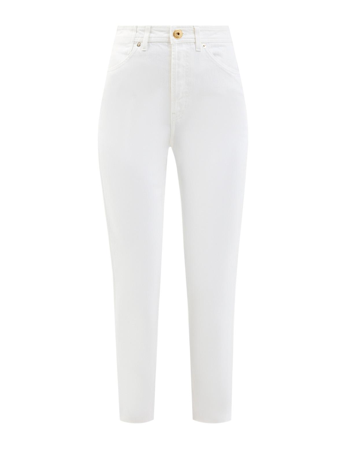 Белые джинсы-slim с фирменной нашивкой на поясе
