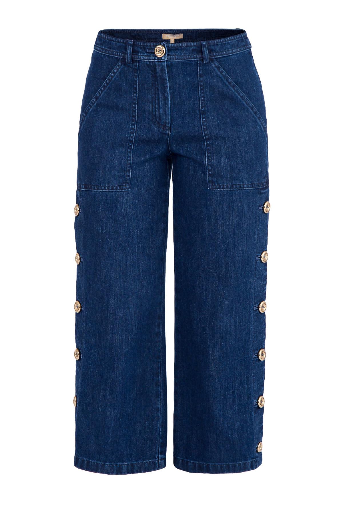 Укороченные джинсы с пуговицами на боковых швах и накладными карманами фото