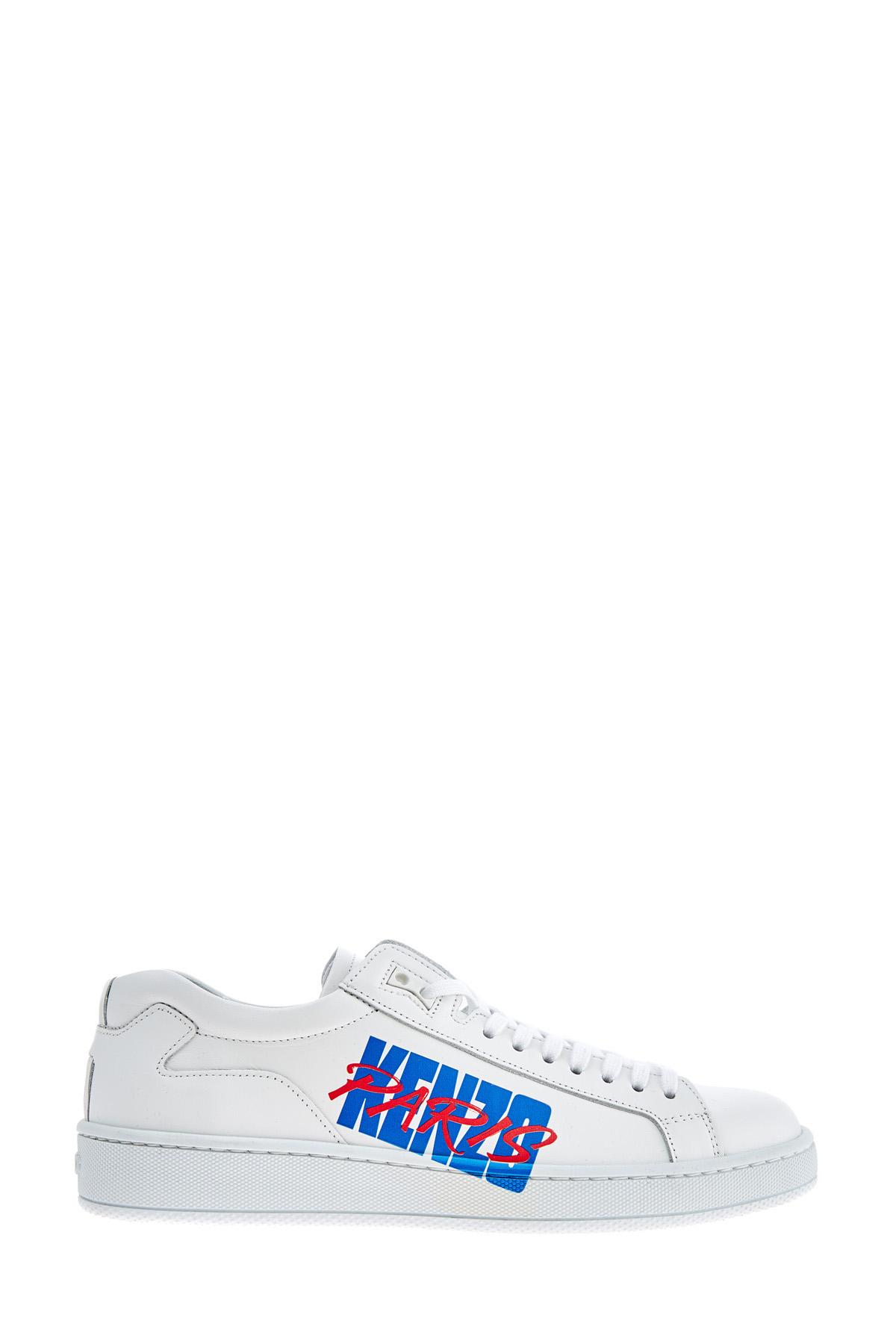 Белые кеды с отпечатанным логотипом и массивной подошвой