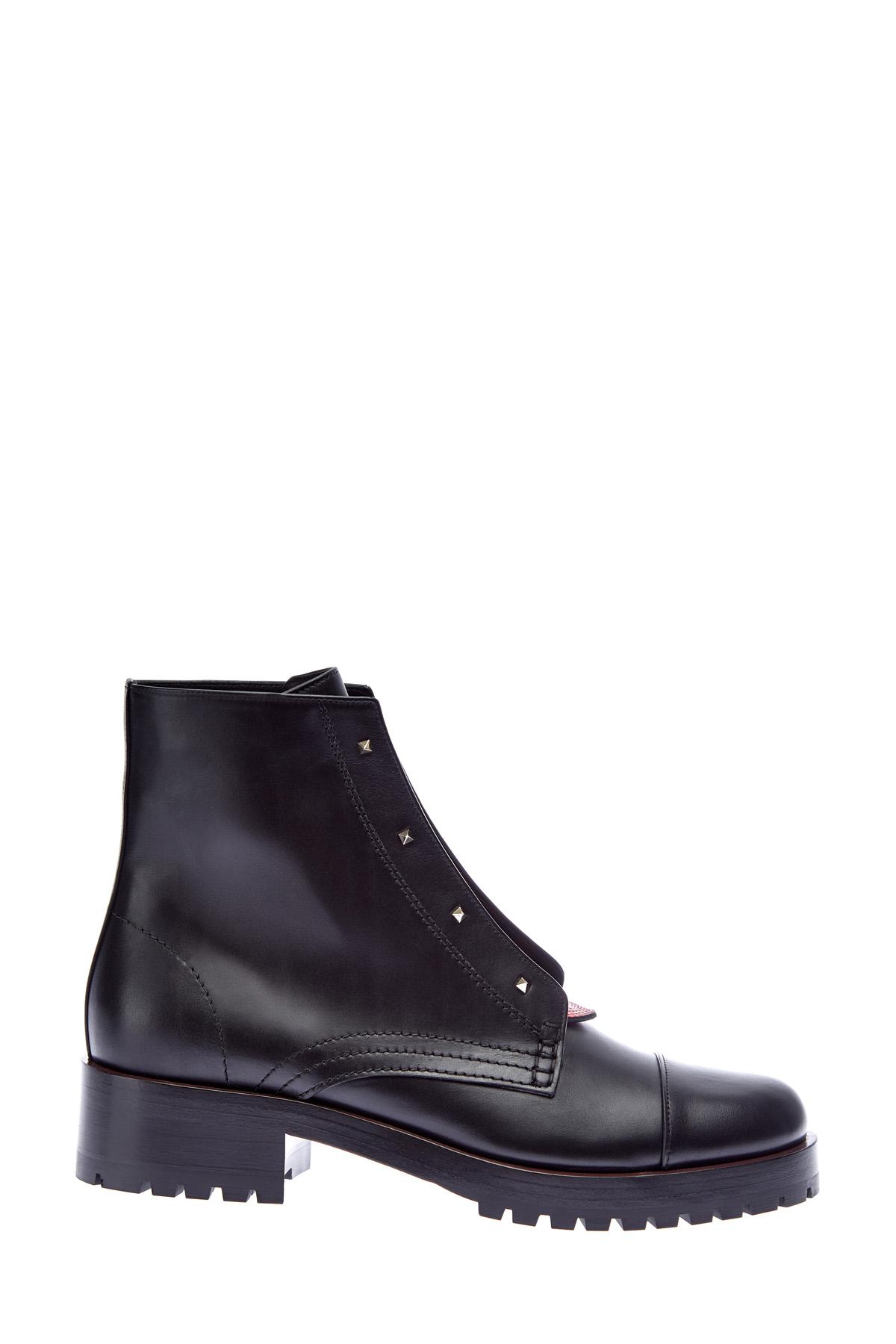 Кожаные ботинки с контрастной шнуровкой и заклепками